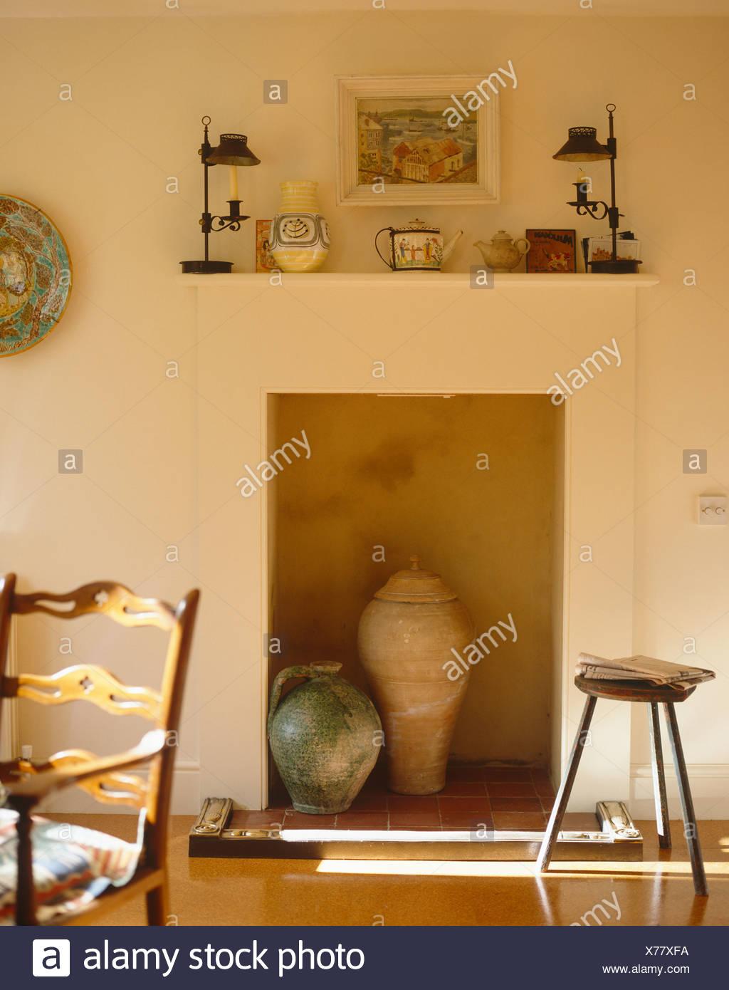 Paese francese sala da pranzo in stile rustico con caraffa in ...