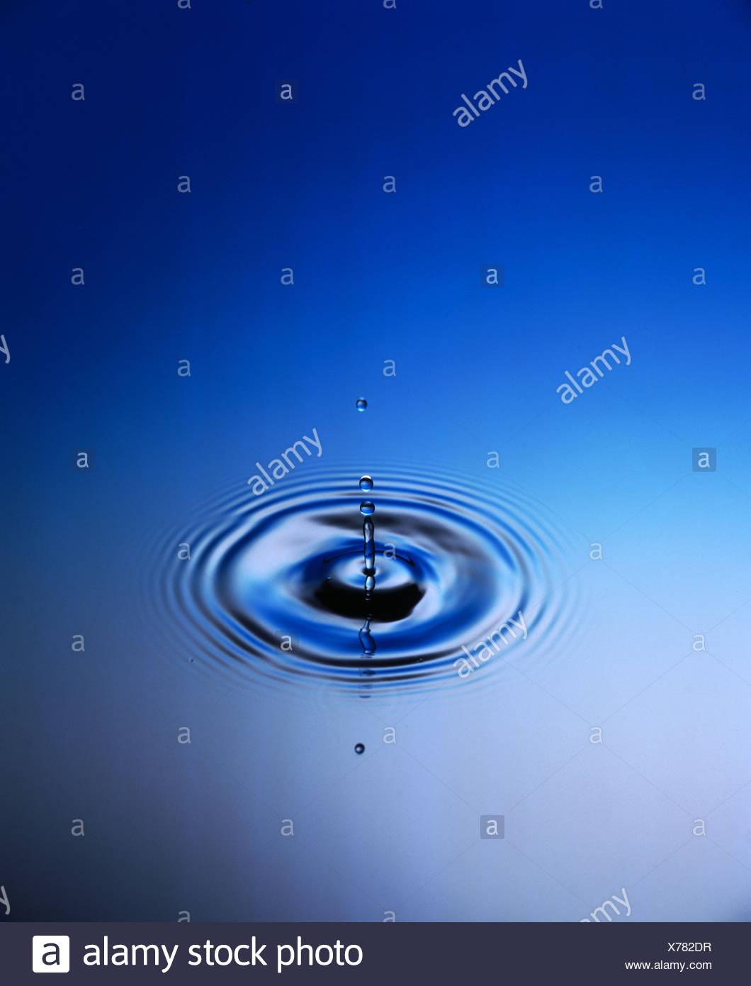 Anelli di gocce cadute di acque gocce di acqua cerchi anelli di nervature a livello delle forme d'onda Immagini Stock