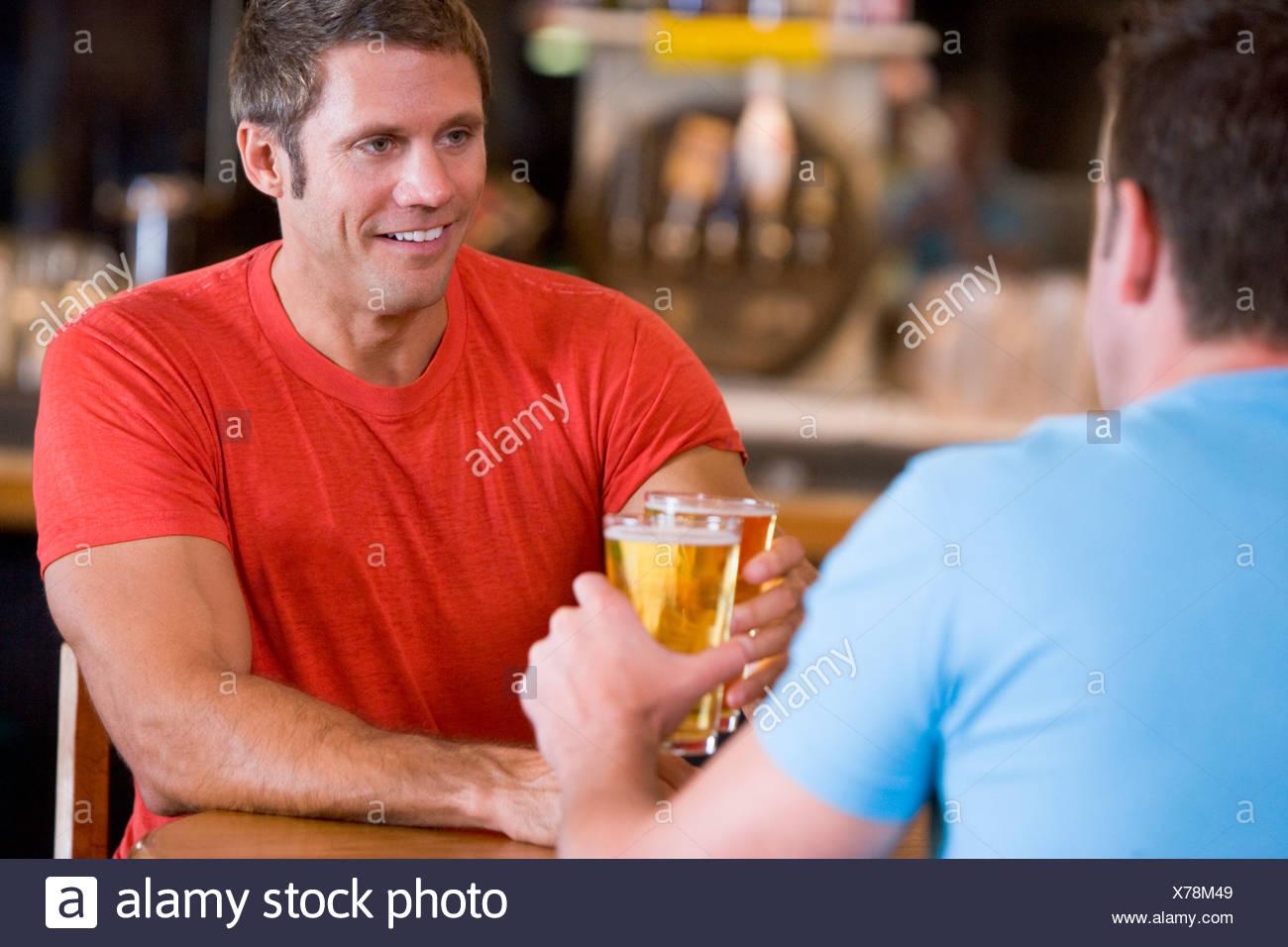 Due Uomini Seduti Al Tavolo Al Bar Immagini E Fotos Stock Alamy