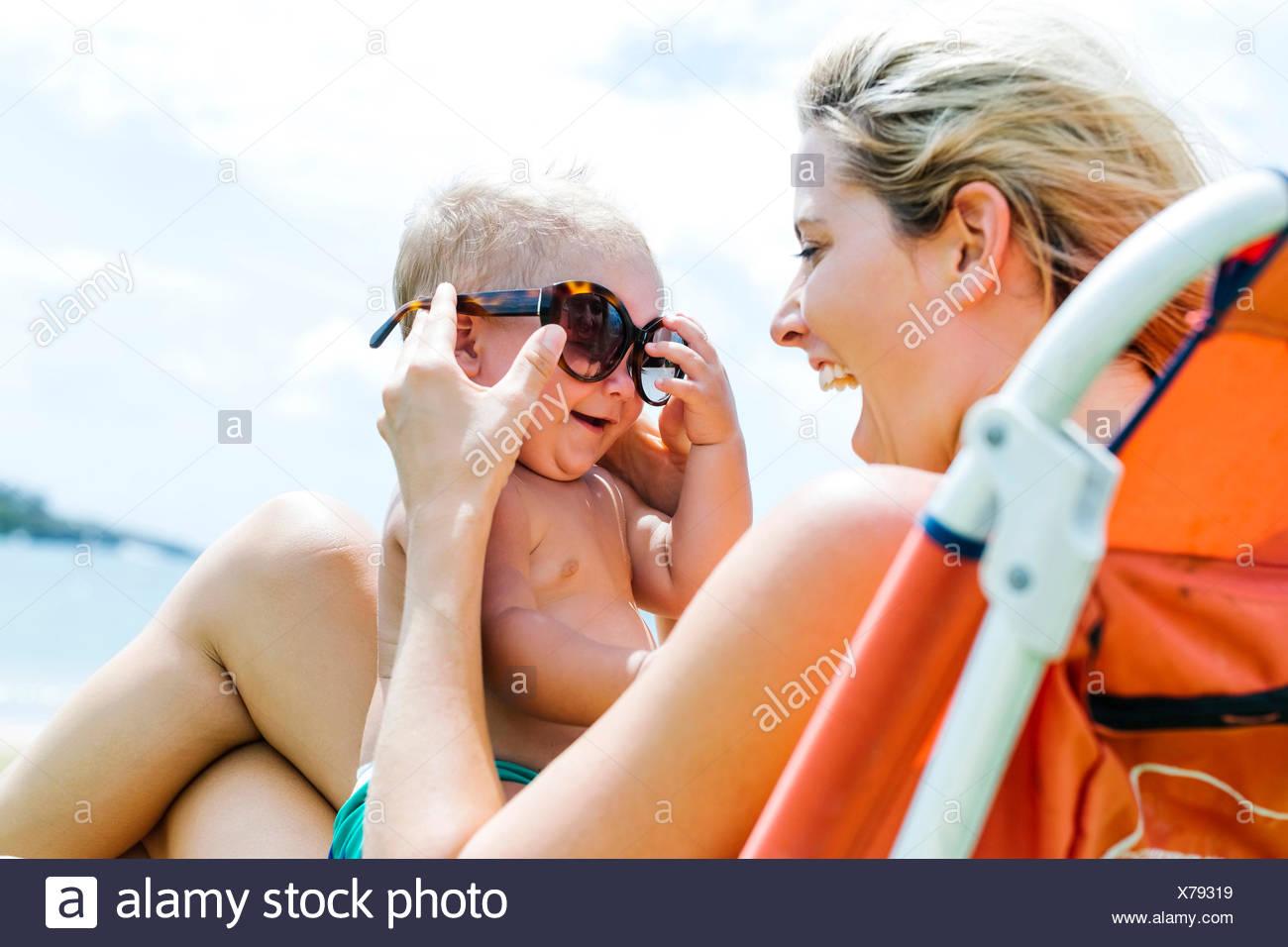 Madre e figlio (18-23 mesi) avendo divertimento Immagini Stock