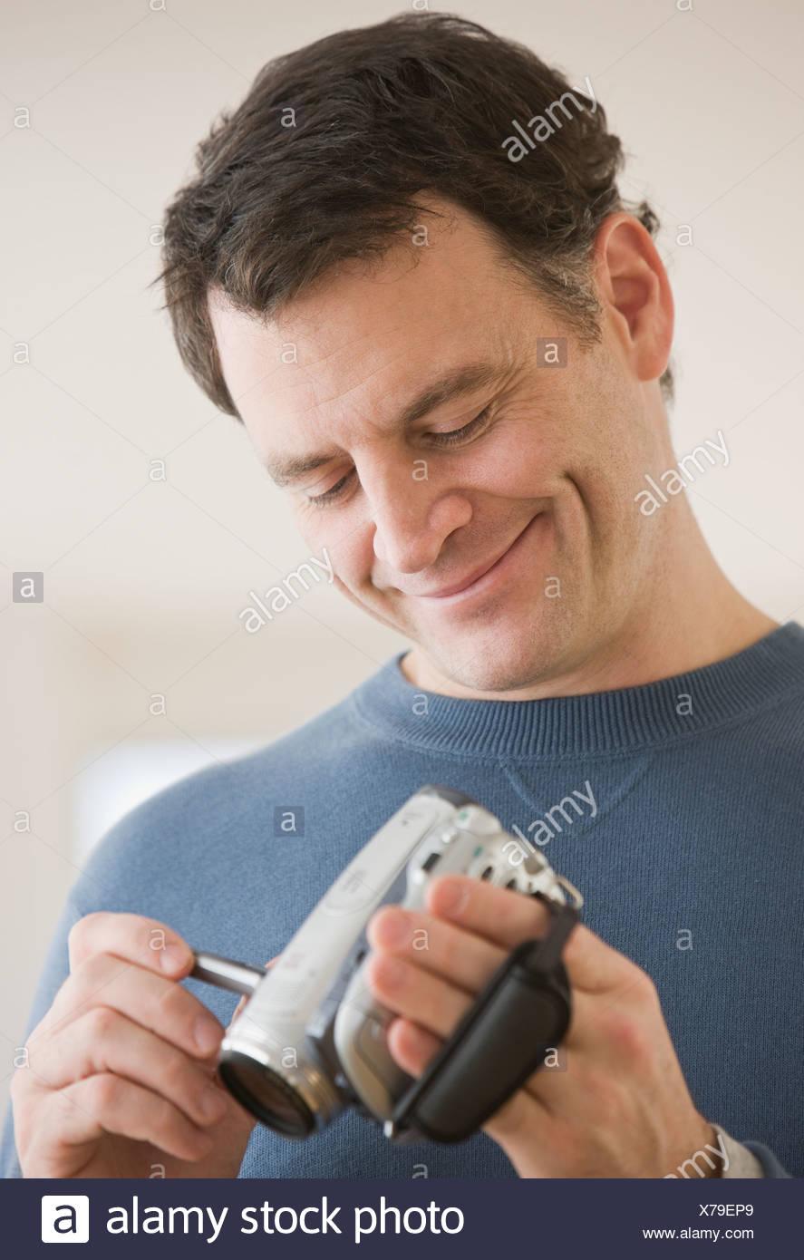 Uomo che guarda la telecamera video Immagini Stock