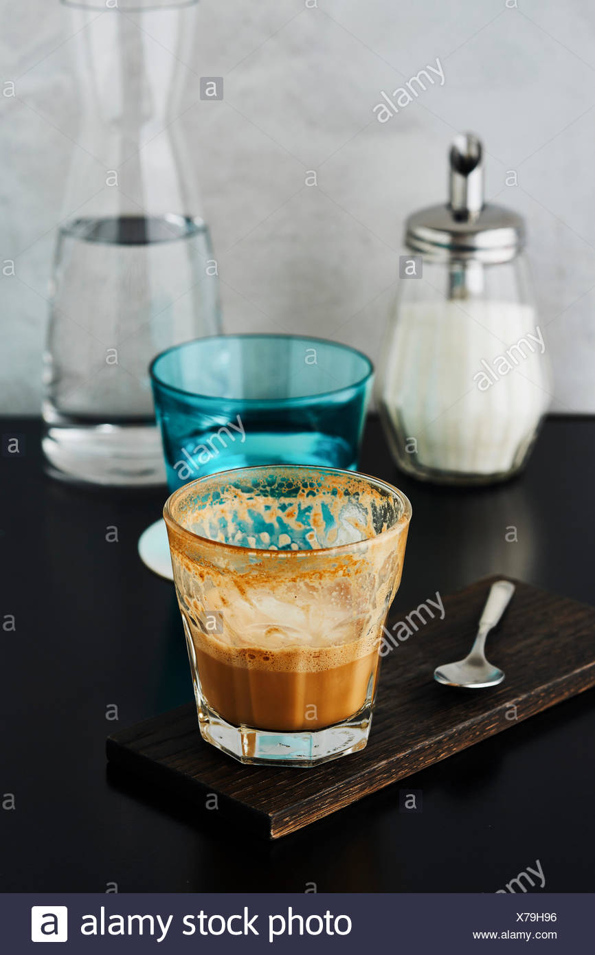Caffè e un bicchiere di acqua su un ristorante tabella Immagini Stock