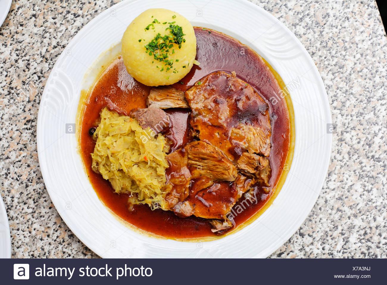 Arrosto di maiale con canederlo e kraut, Baviera, Germania Immagini Stock