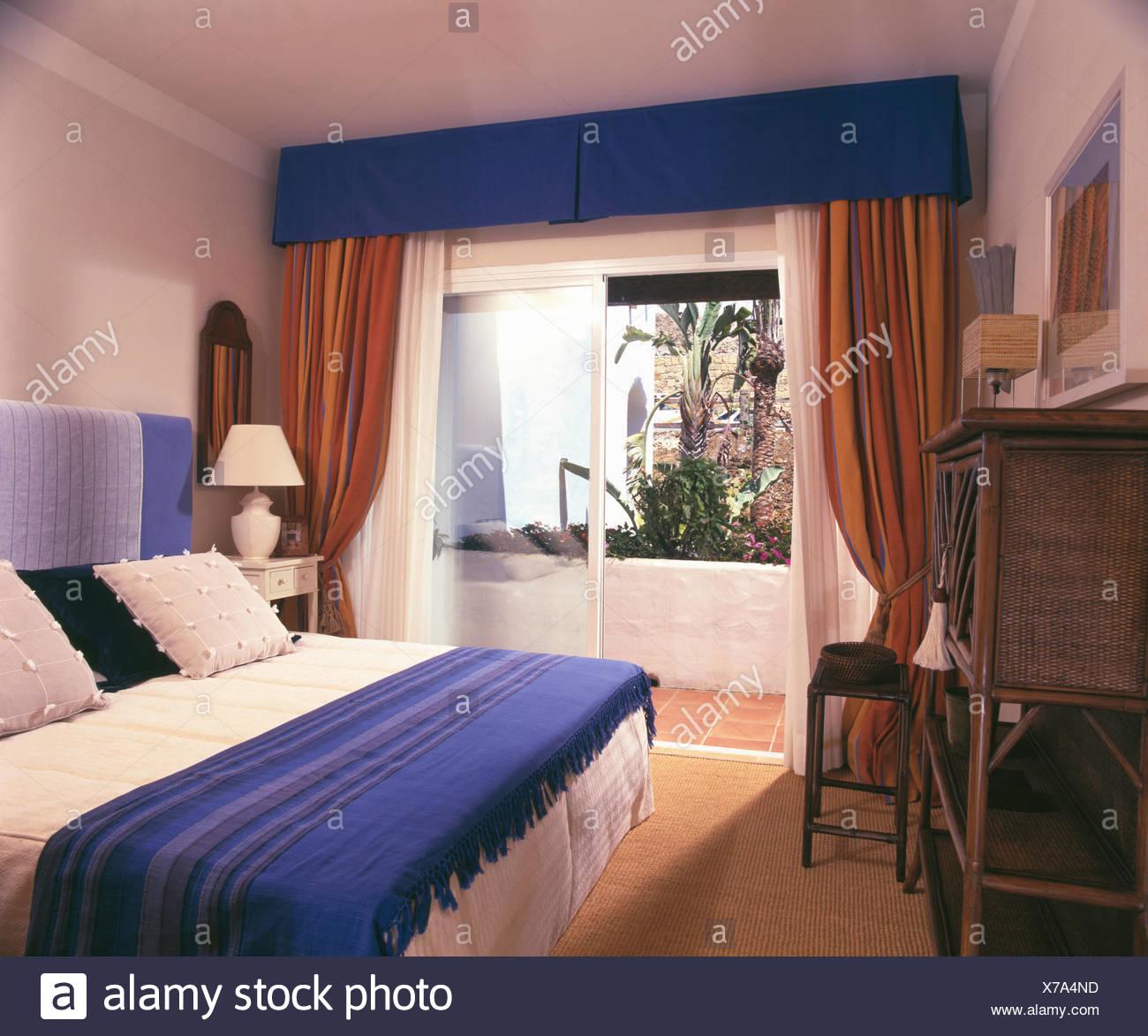 Di lana blu buttare in camera da letto in appartamento spagnolo con ...