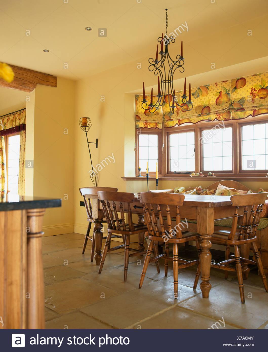 Tende Sala E Cucina lampadario in metallo con candele sopra pine tavolo e sedie