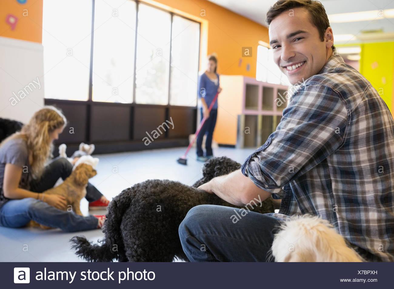 Ritratto di uomo sorridente con cani di assistenza diurna Immagini Stock