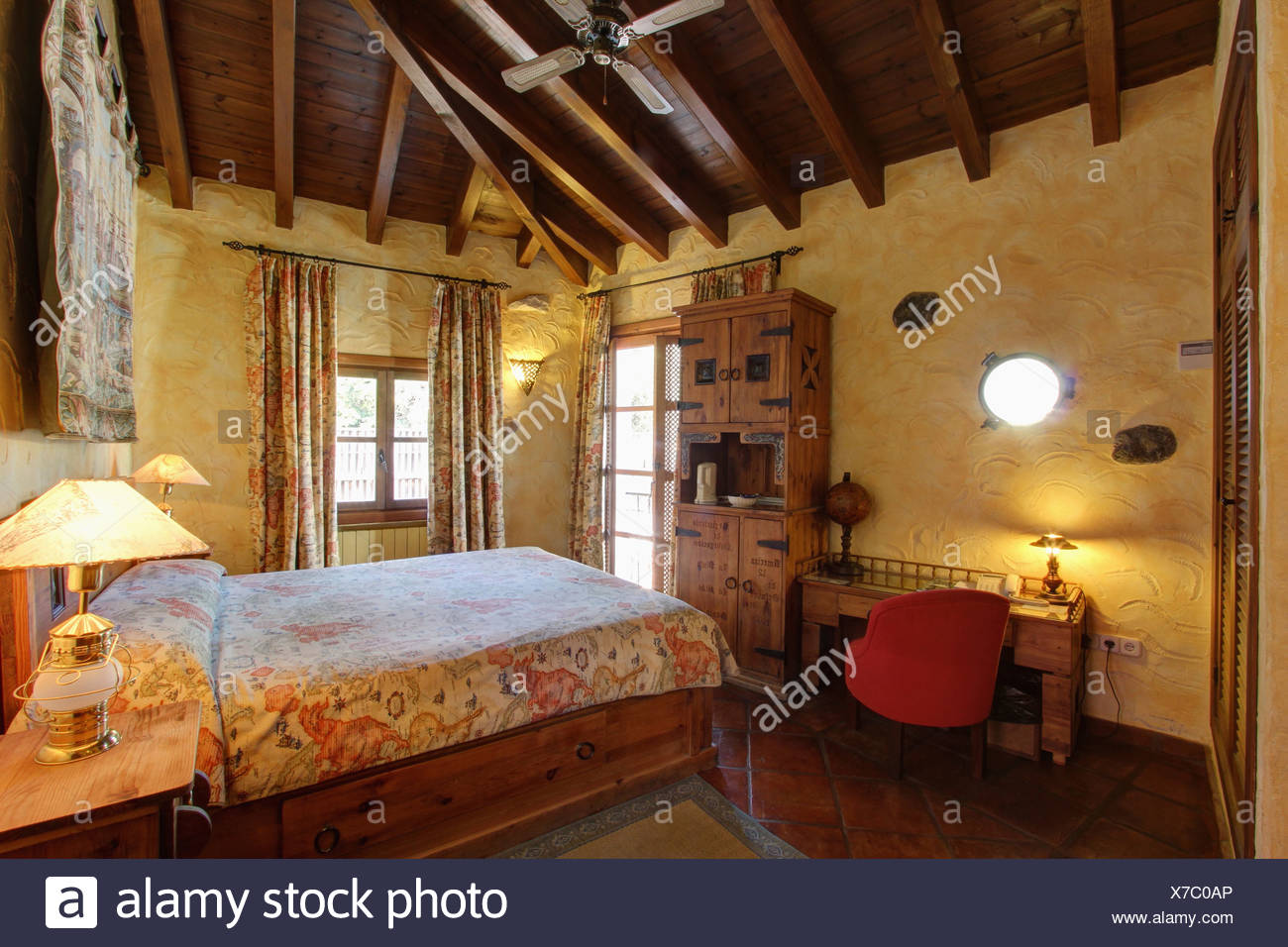Superficie ruvida pareti e lampade illuminate in camera da letto ...