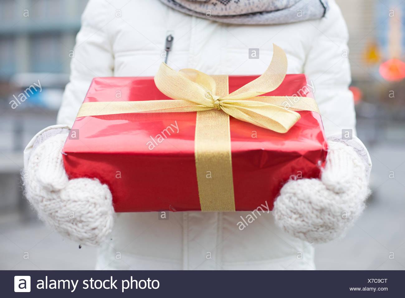 Sezione mediana della donna azienda confezione regalo inverno Immagini Stock