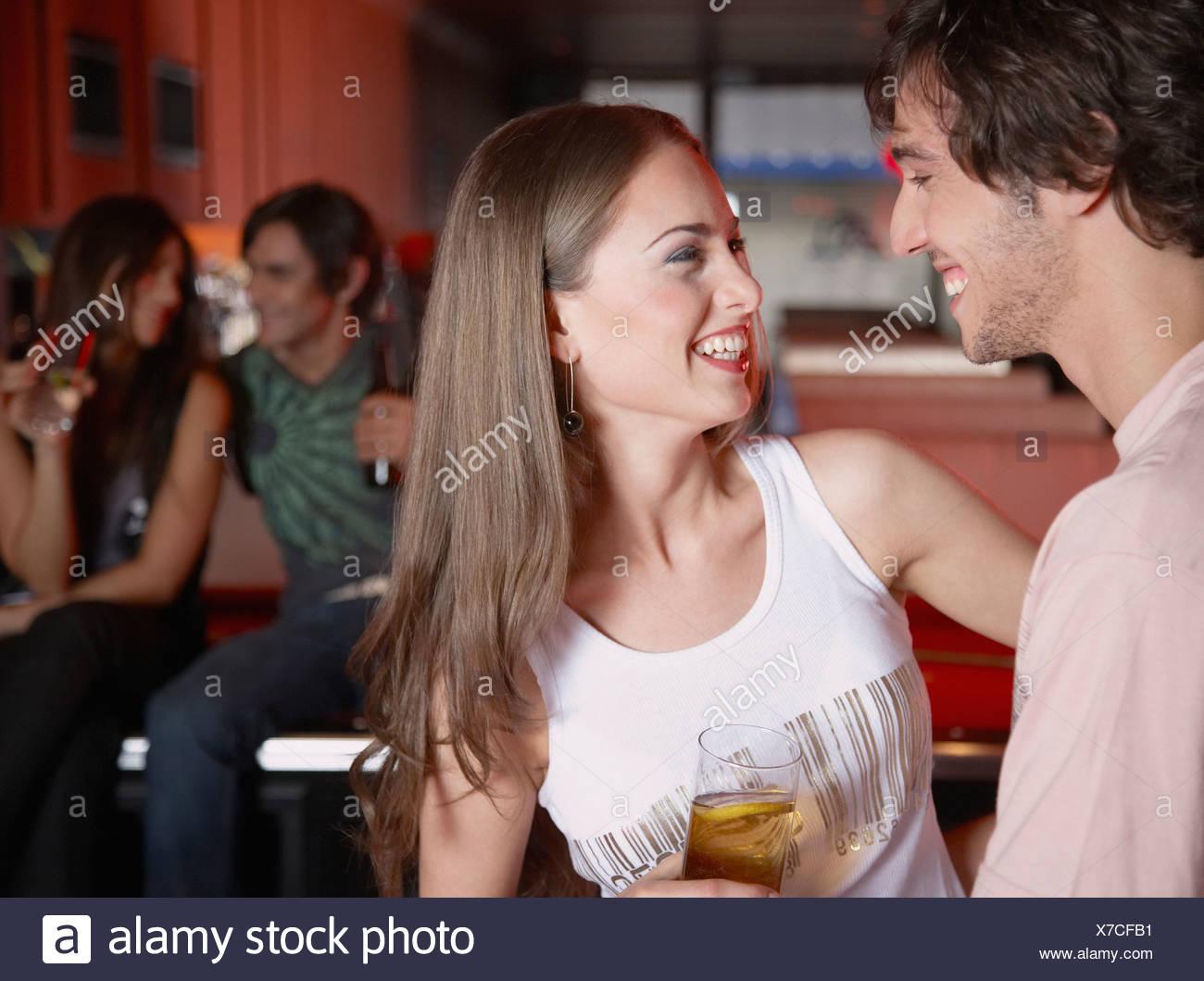 Coppia con bevanda di tavoli da biliardo sorridente Immagini Stock