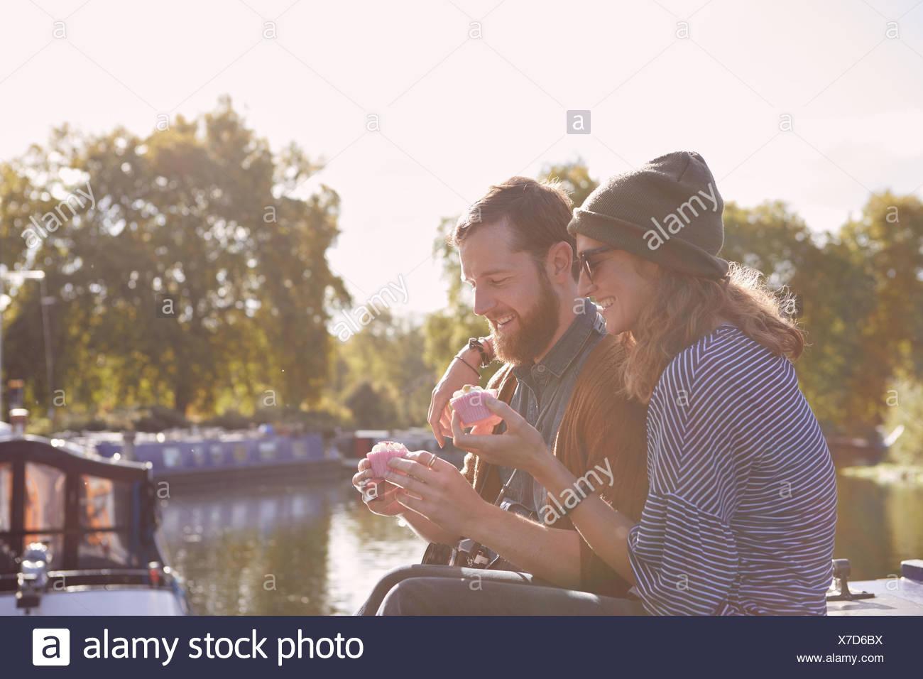 Paio di mangiare i tortini sul canal boat Immagini Stock