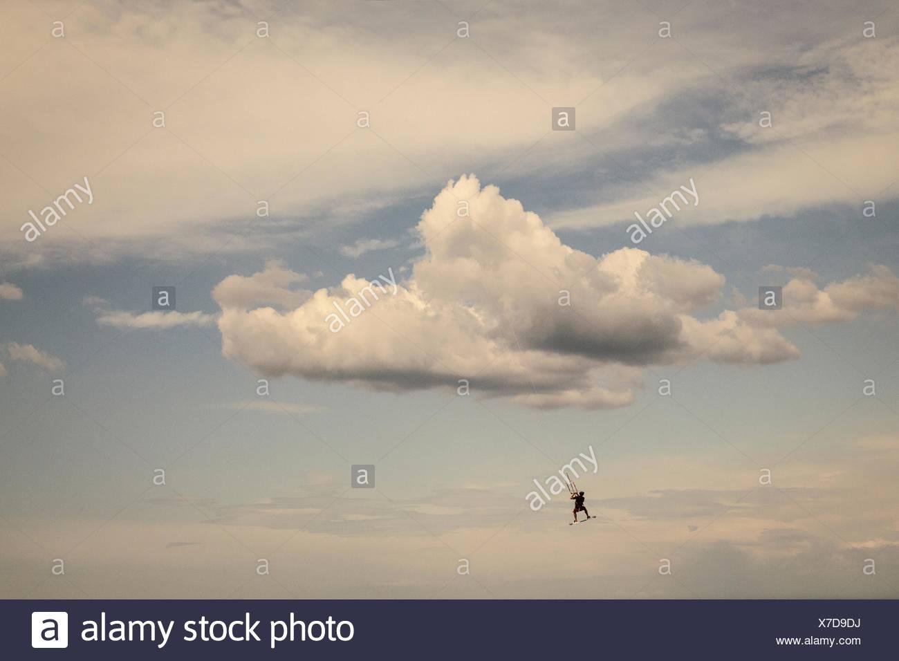 Uomo maturo, kite surf Immagini Stock