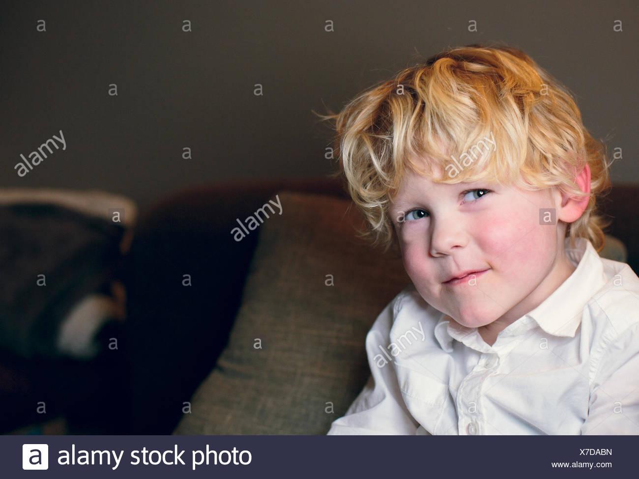 Paesi Bassi, ragazzo biondo (4-5) in camicia bianca sorridente Immagini Stock
