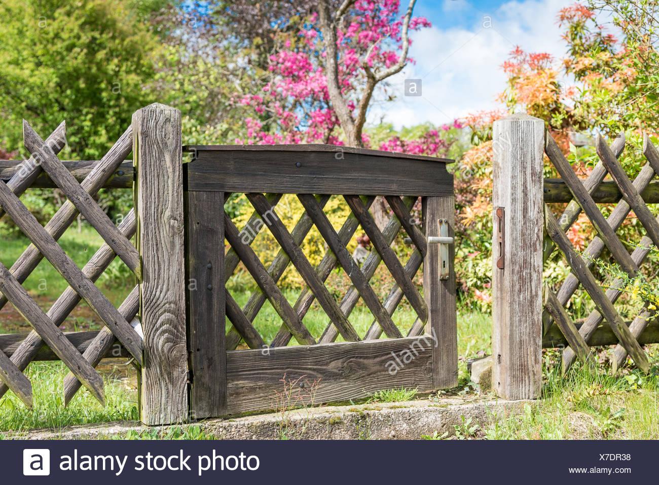 Cancello Di Legno In Un Giardino Foto Immagine Stock 279971980