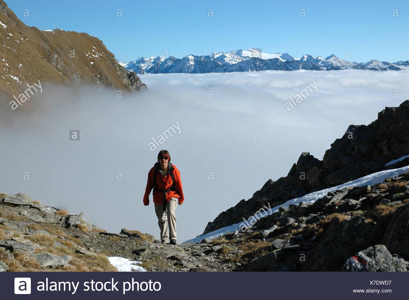 Escursionista, Lago di Dentro, Cadlimo, autunno, neve, Ticino, Svizzera Immagini Stock
