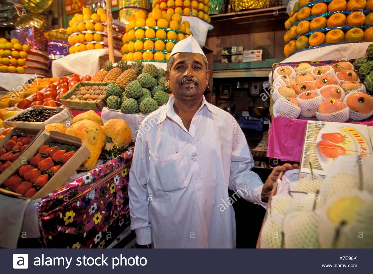 Fornitore di frutta, frutta stand, Mercato Crawford, Bombay o Mumbai, Maharashtra, India, Asia del Sud, Asia Immagini Stock