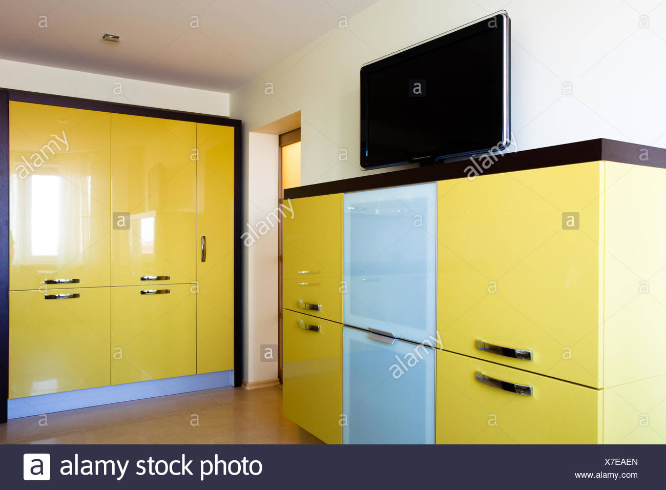 Angolo Tv Moderno angolo di studio moderno con tv e librerie di colore giallo