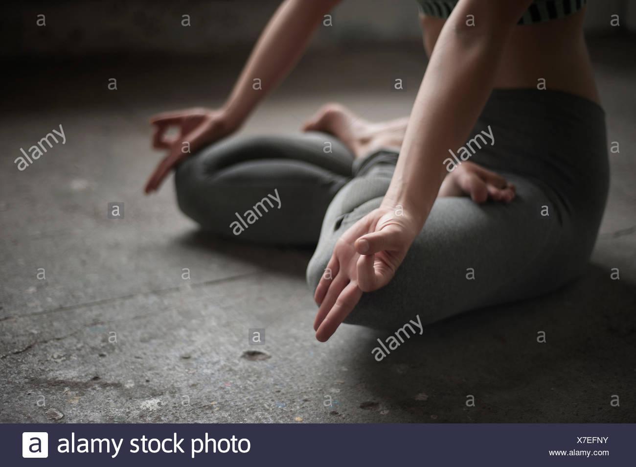 Donna pratica lotus pongono in studio di yoga, Monaco di Baviera, Germania Immagini Stock