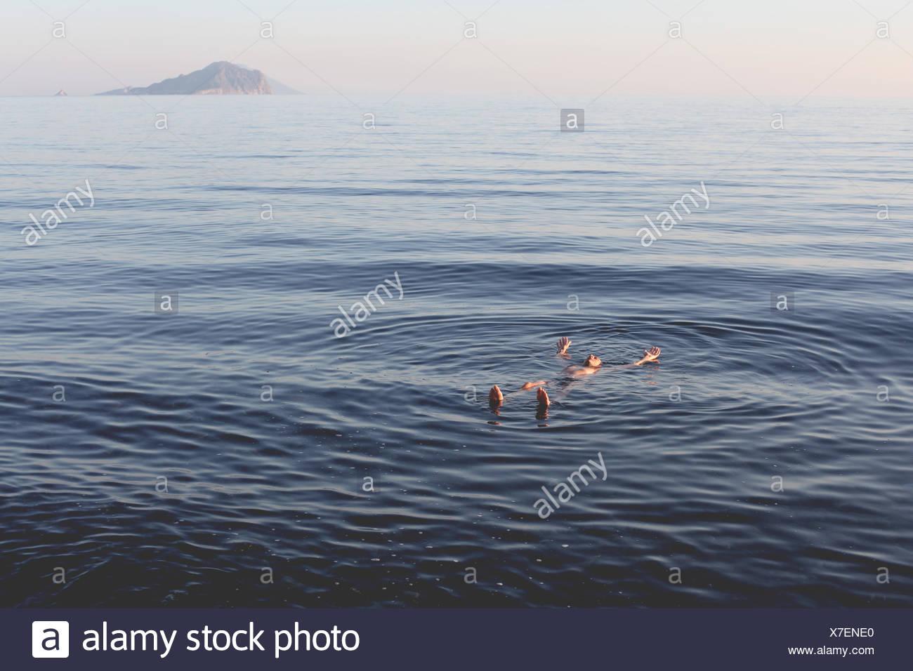 L'Italia, Isole Eolie o Lipari, uomo galleggiante sull'acqua Immagini Stock