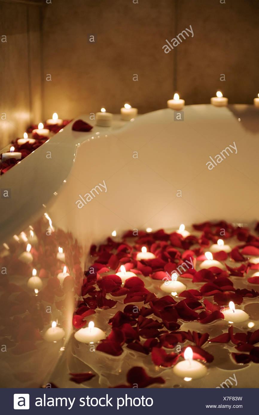 Scena romantica di candele e petali di rosa nella vasca da bagno foto immagine stock - Vasca da bagno romantica ...