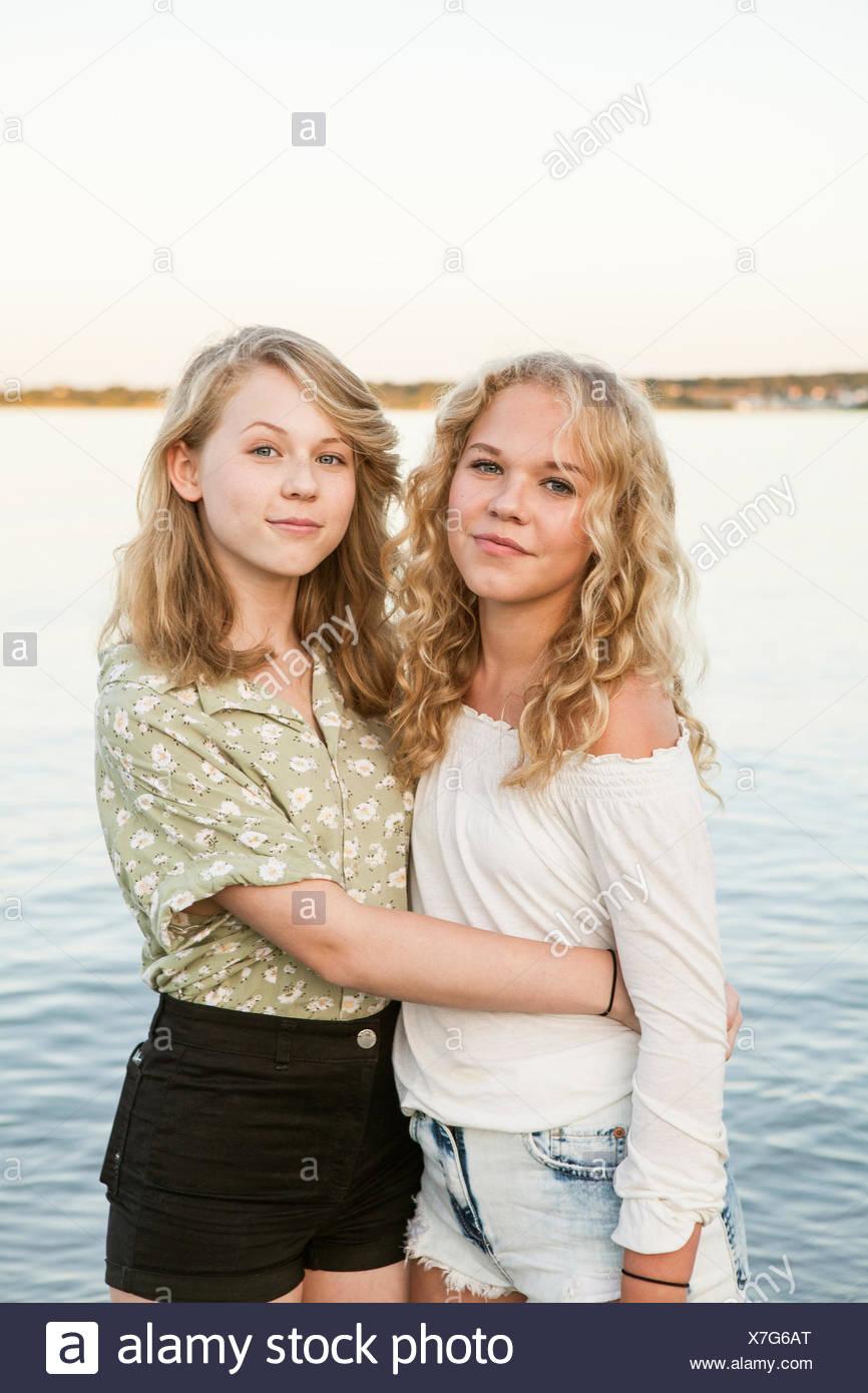 Due ragazze adolescenti hanno sesso