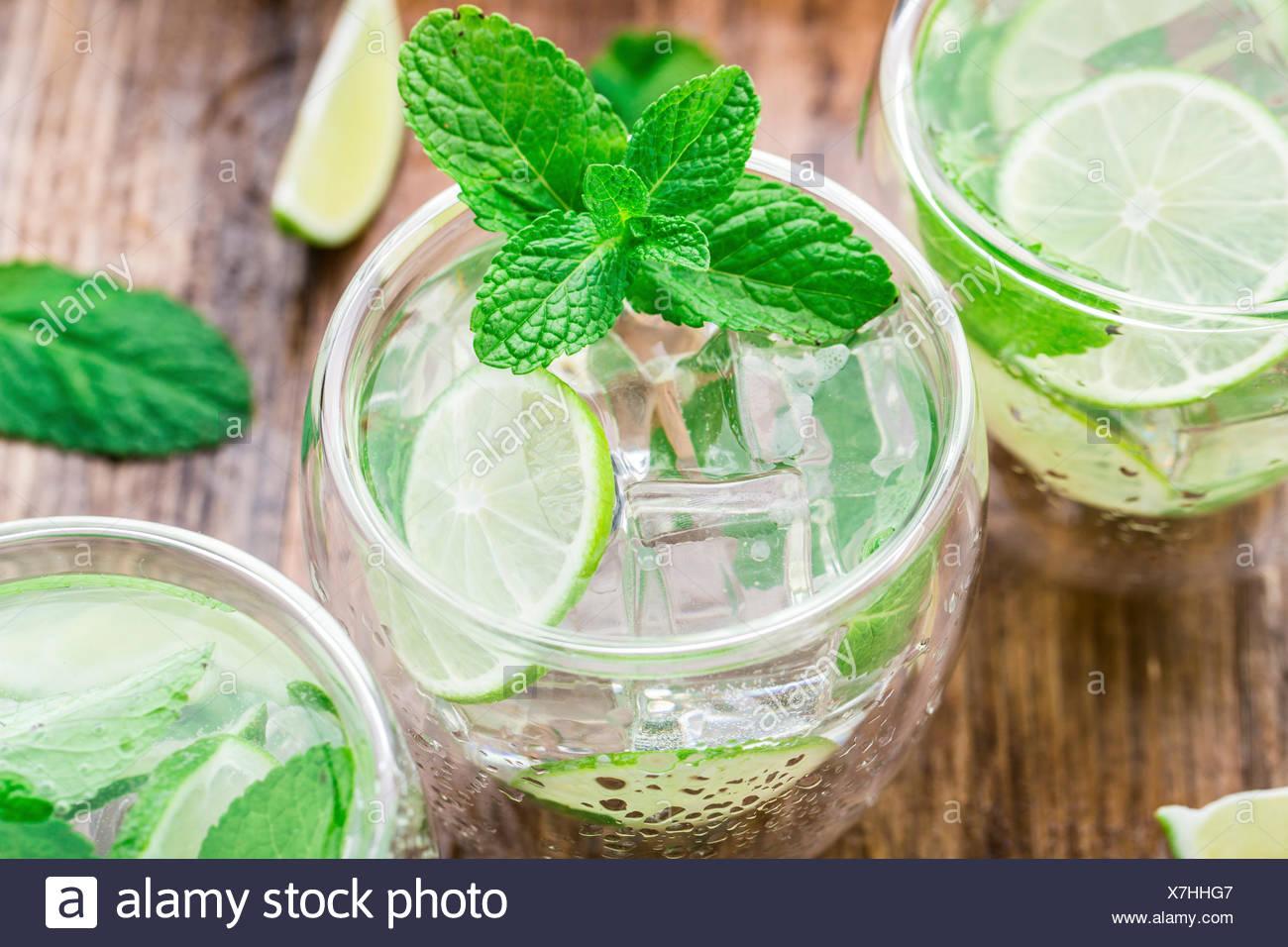 Di ghiaccio freddo cocktail con lime e menta Immagini Stock