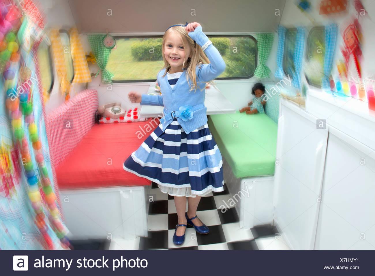 Ritratto di giovane ragazza danzante in caravan Immagini Stock