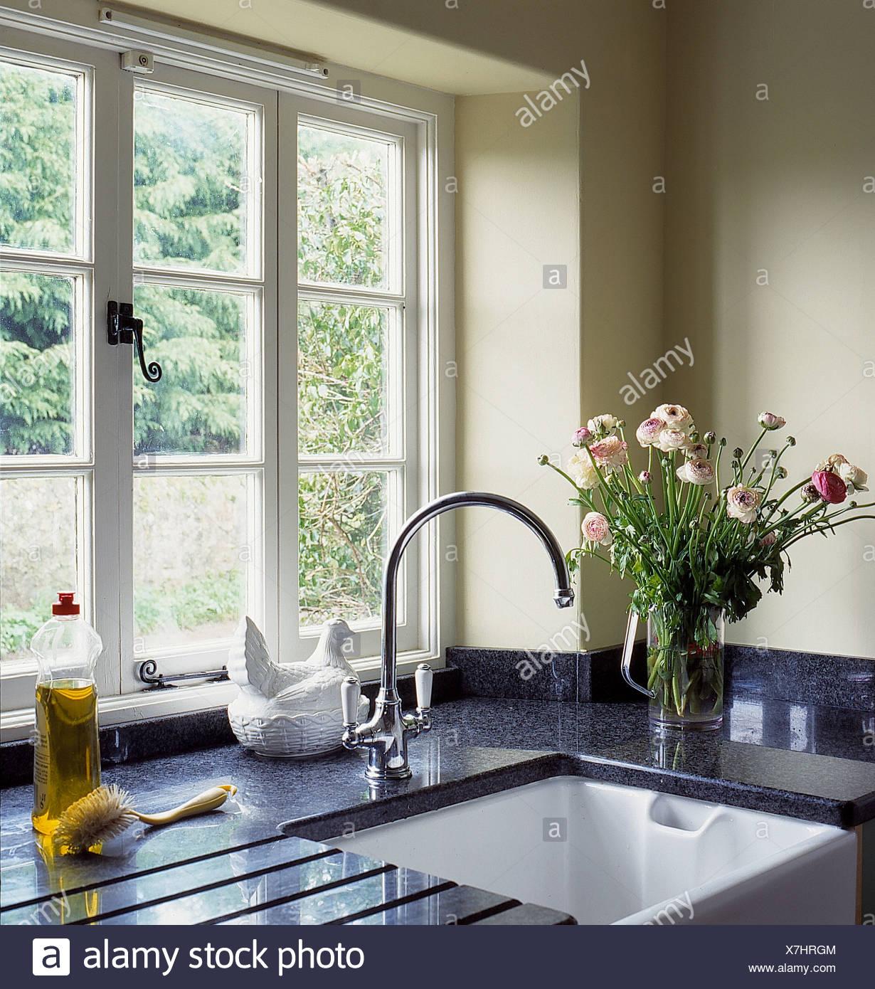Finestra sopra belfast lavandino con rubinetto cromato in cottage cucina con vaso di rosa fiori - Finestra cucina ...