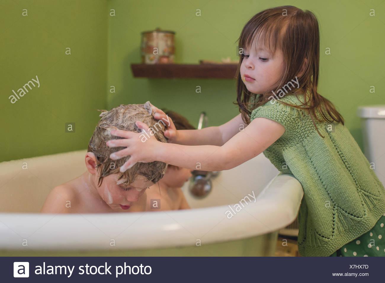 Ragazza ragazzo di lavaggio dei capelli Immagini Stock