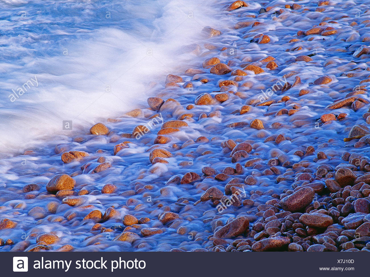 Le isole del canale guernsey. onde sulla spiaggia di ciottoli. Immagini Stock