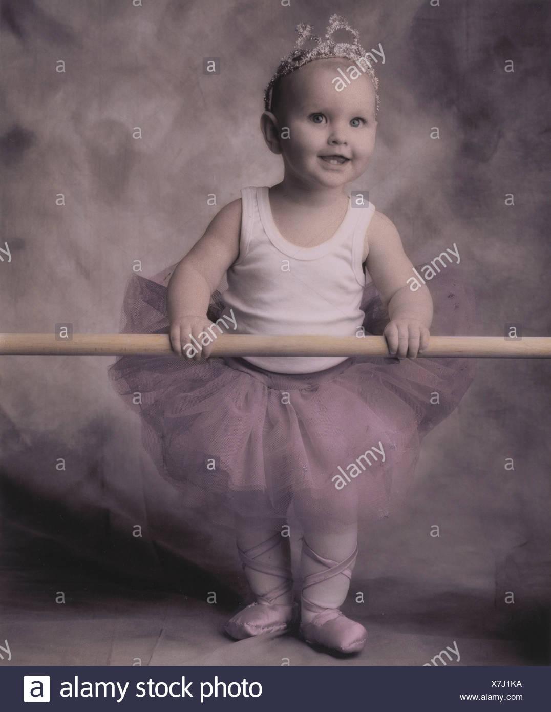 Studio concetto di fantasia toddler vestito in costume di balletto. Immagini Stock