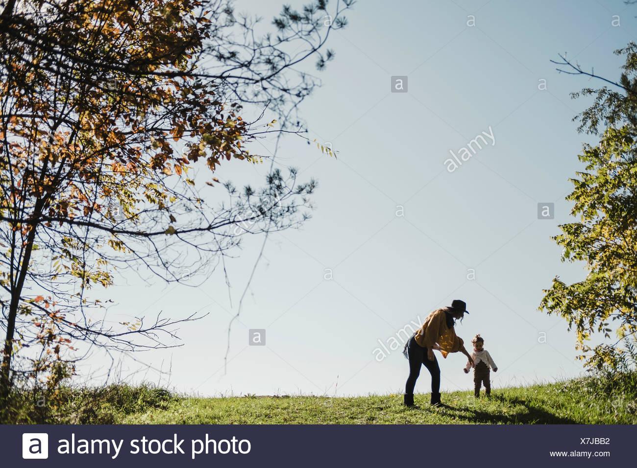 La madre e il bambino ragazza sulla collina, Oshawa, Canada, America del Nord Immagini Stock