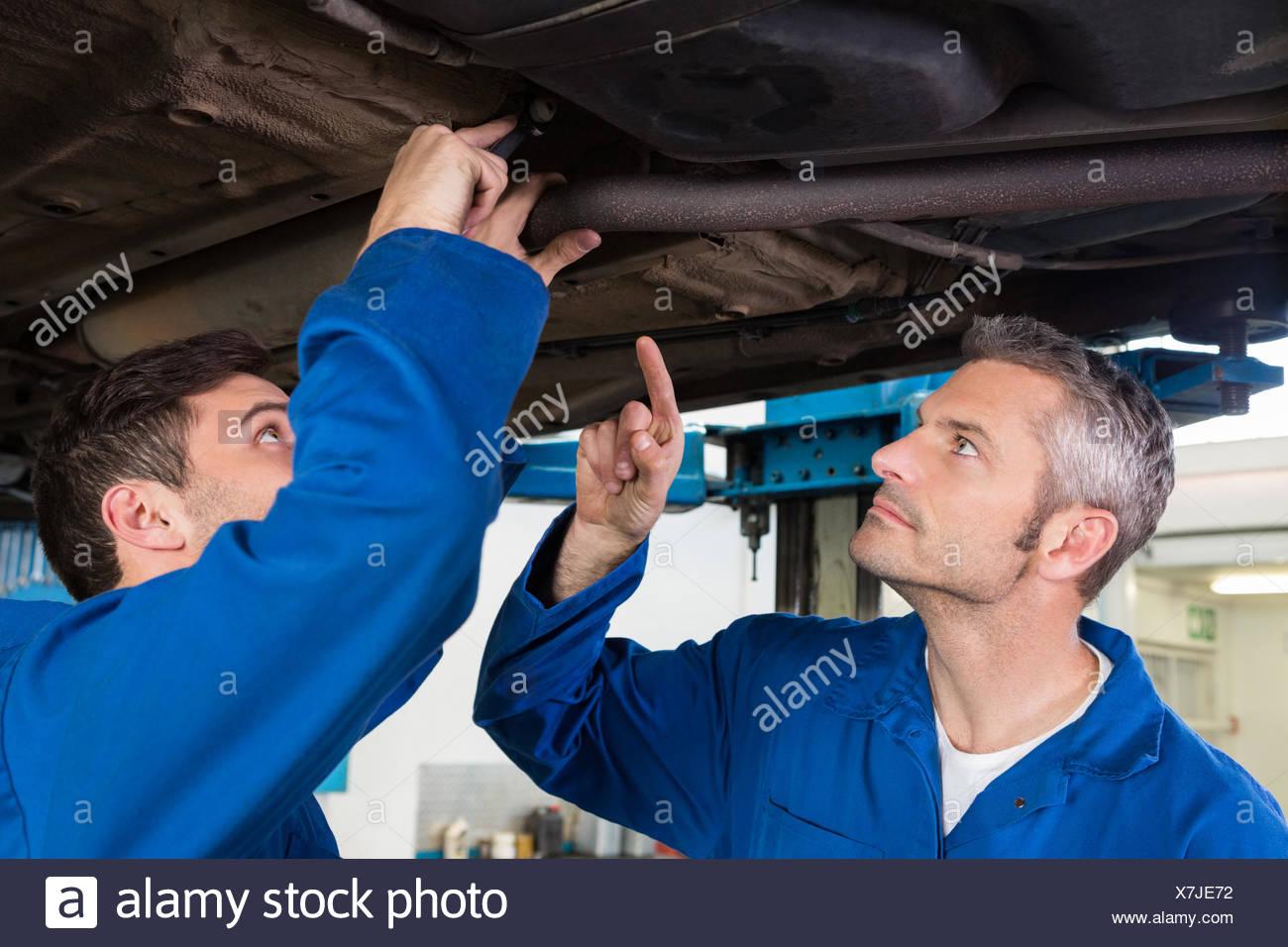 Team di meccanici che lavorano insieme Immagini Stock