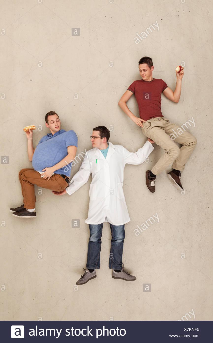 Uomo con gli uomini nelle mani di Immagini Stock