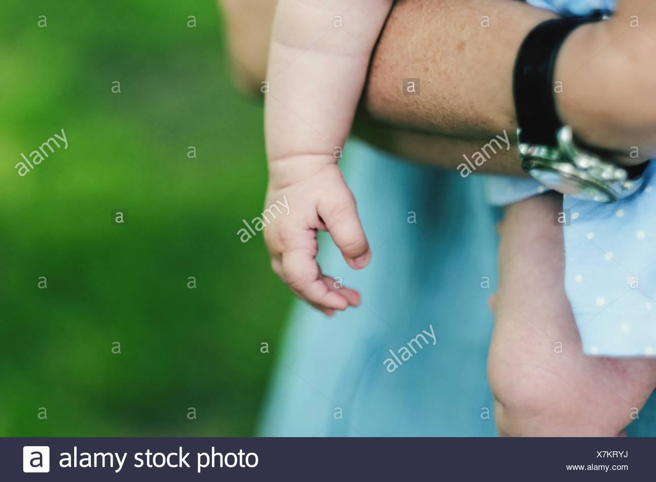 Sezione mediana del padre del bambino di contenimento Immagini Stock