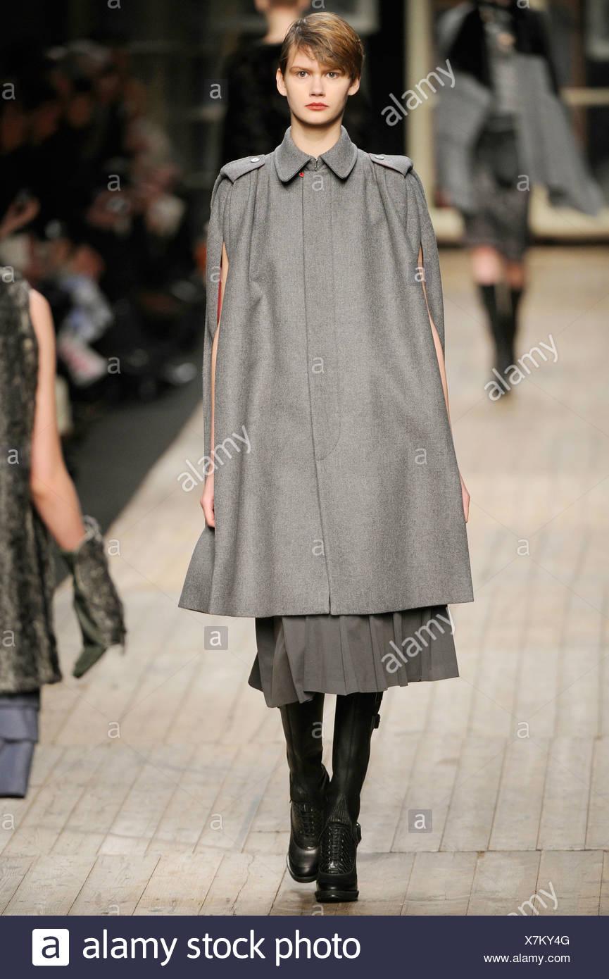 Antonio Marras Milano pronto a indossare in autunno e inverno grigio lunghezza  al ginocchio cape coat 0bce3e0a8bf