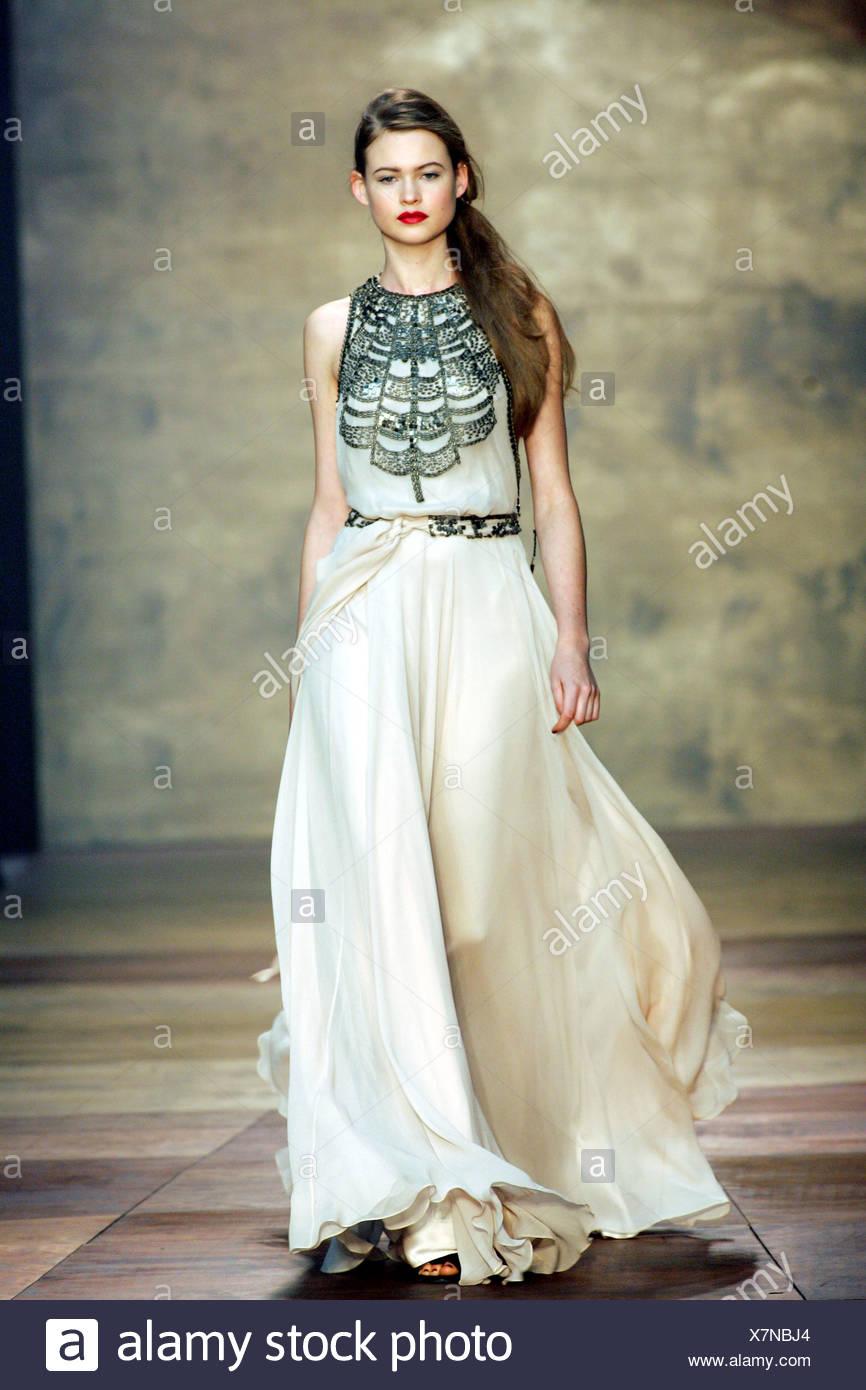 a5981a3a5527 Bruna modello femminile che indossa un maxi bianco lunghezza abito da sera  gonna completo e nero design perline sul corpetto Credit