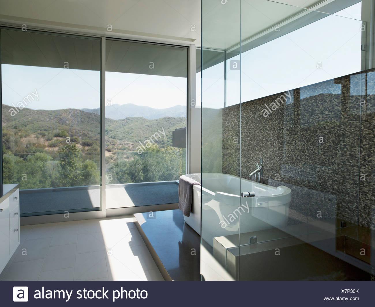 Bagno moderno con vasca da bagno foto immagine stock