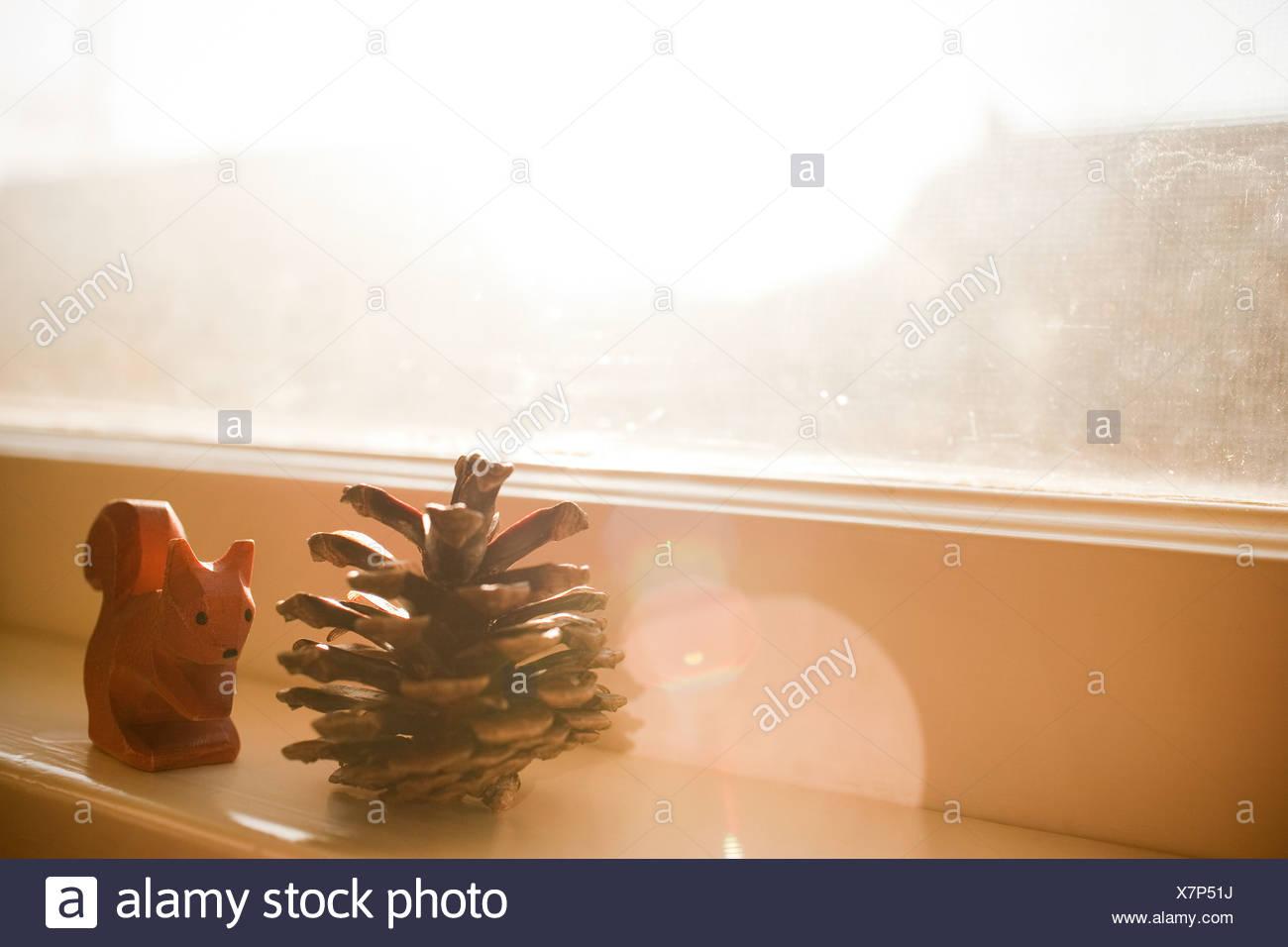 Cono di pino e di scoiattolo ornamento sul davanzale Immagini Stock