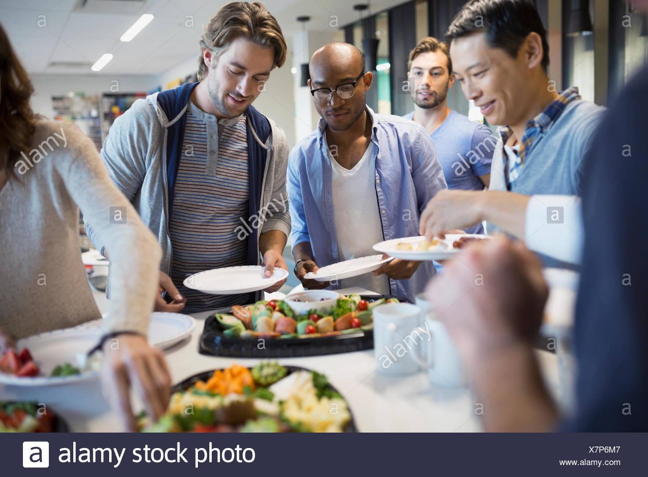 La gente di affari a tavolo buffet Immagini Stock