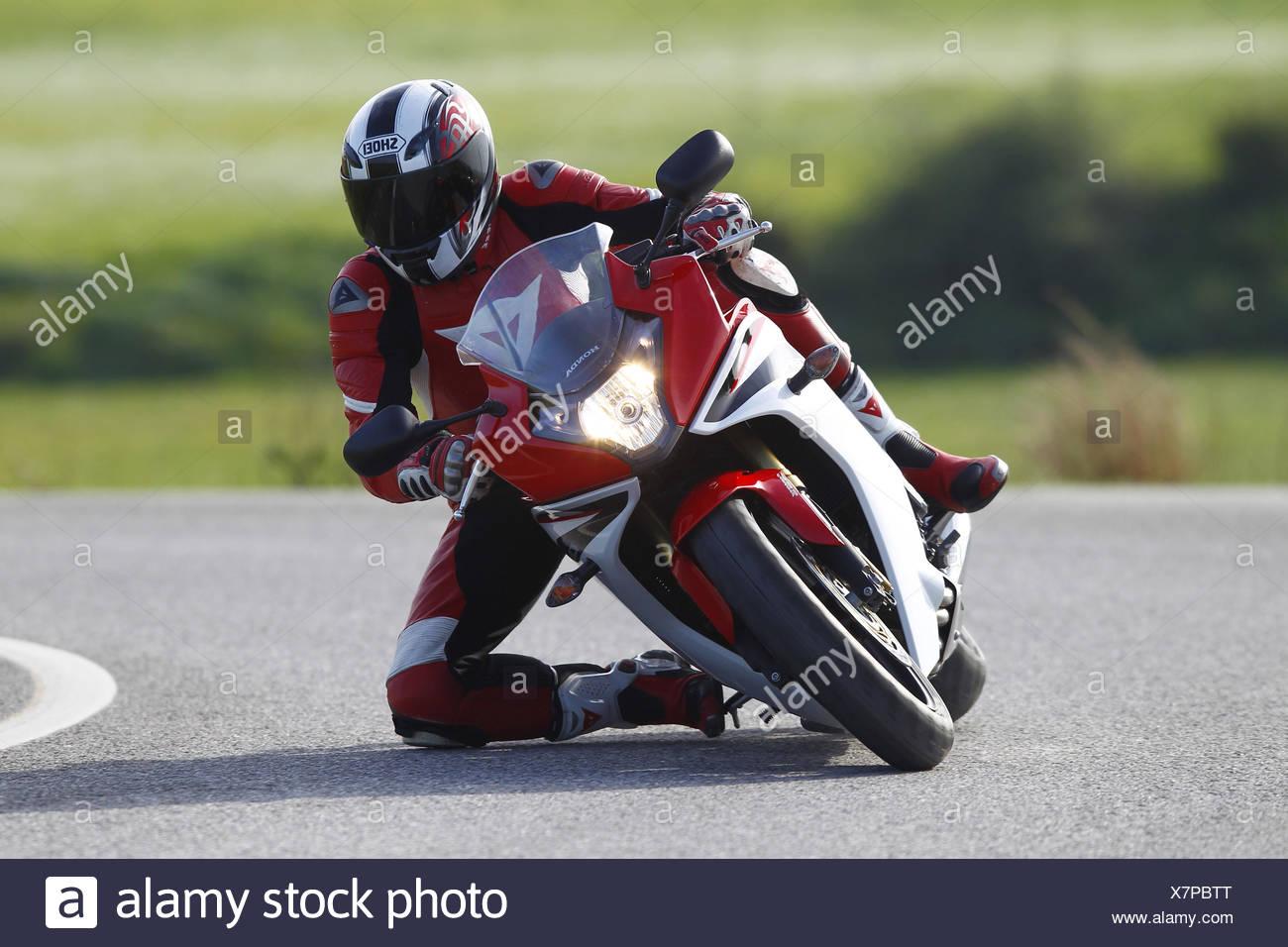Motociclo Honda CBR 600 F, curva, inclinazione e spostamento, con testa, ginocchio sulla terra, Immagini Stock