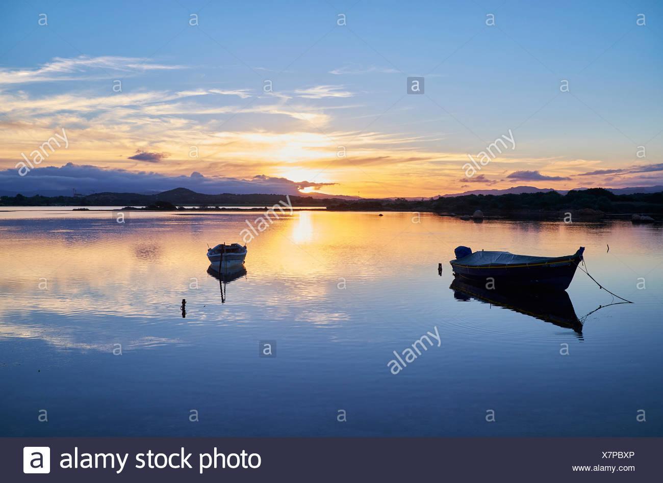 L'Italia, Sardegna, Murta Maria, barche in acqua al tramonto Immagini Stock