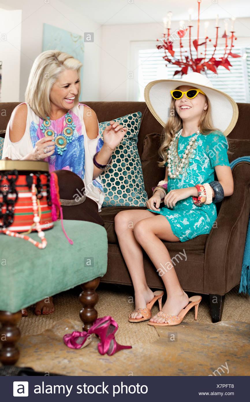 Madre vestirsi figlia in hat e tacchi alti Immagini Stock