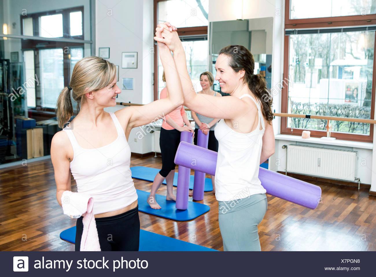 Le donne si prendono una pausa sulla classe di Pilates Immagini Stock