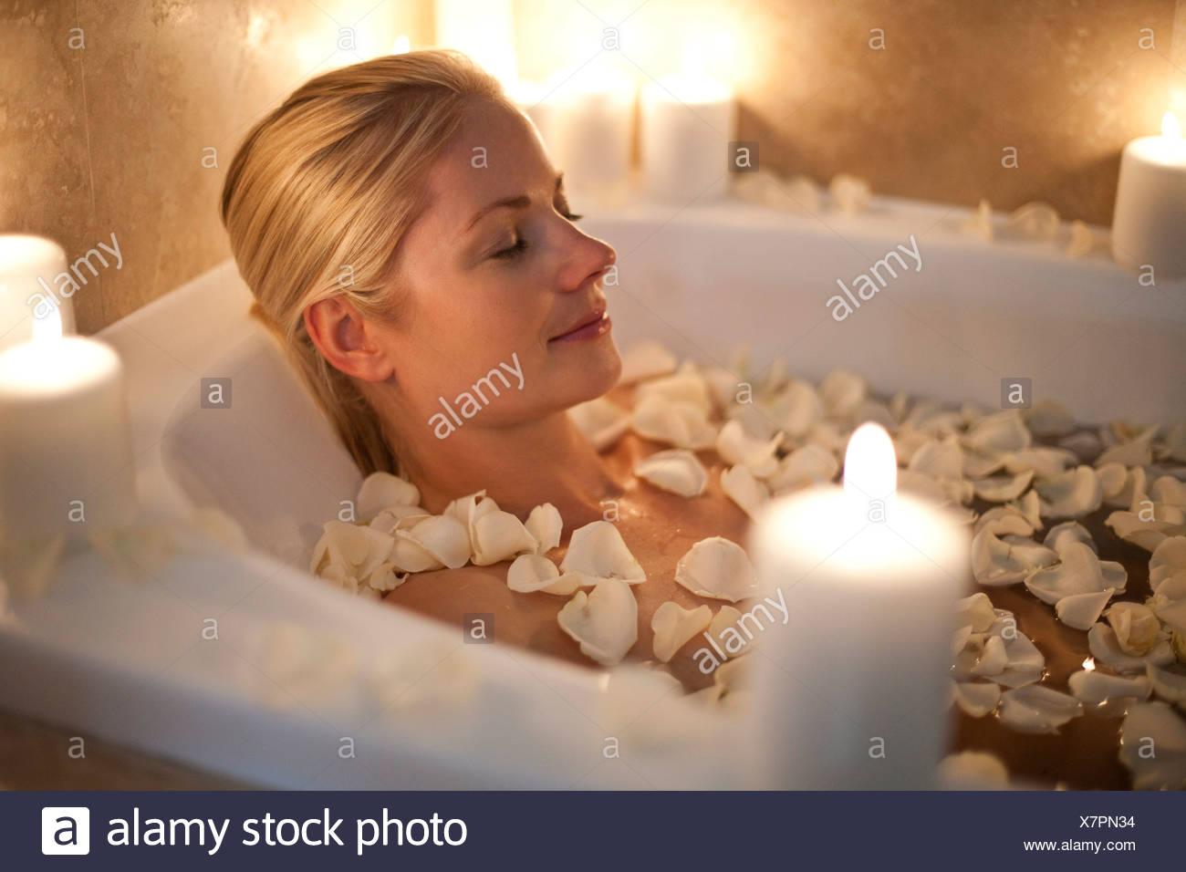 Donna Rilassante In Una Vasca Da Bagno Foto Stock Alamy