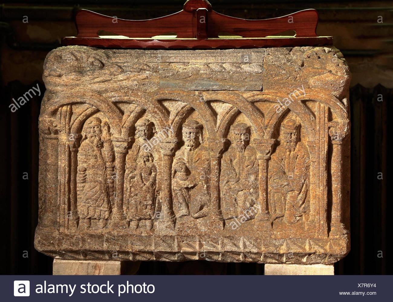 Sculthorpe chiesa, normanni del XII secolo Font, Adorazione dei Magi, sculture in pietra in incastro archi romanici, Norfolk England Regno Unito Immagini Stock