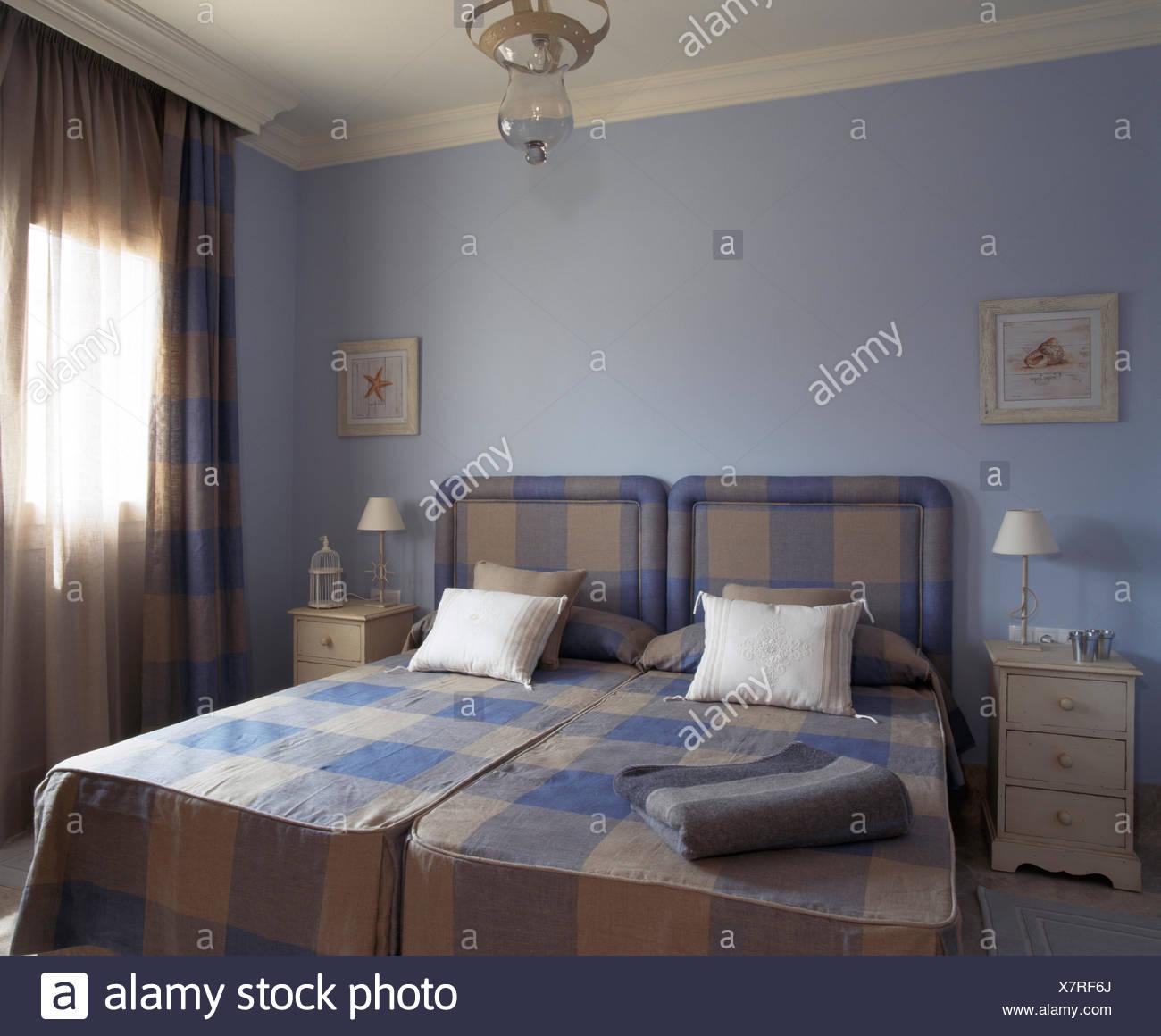 Blue+beige controllato copriletto e testate del letto a due letti ...
