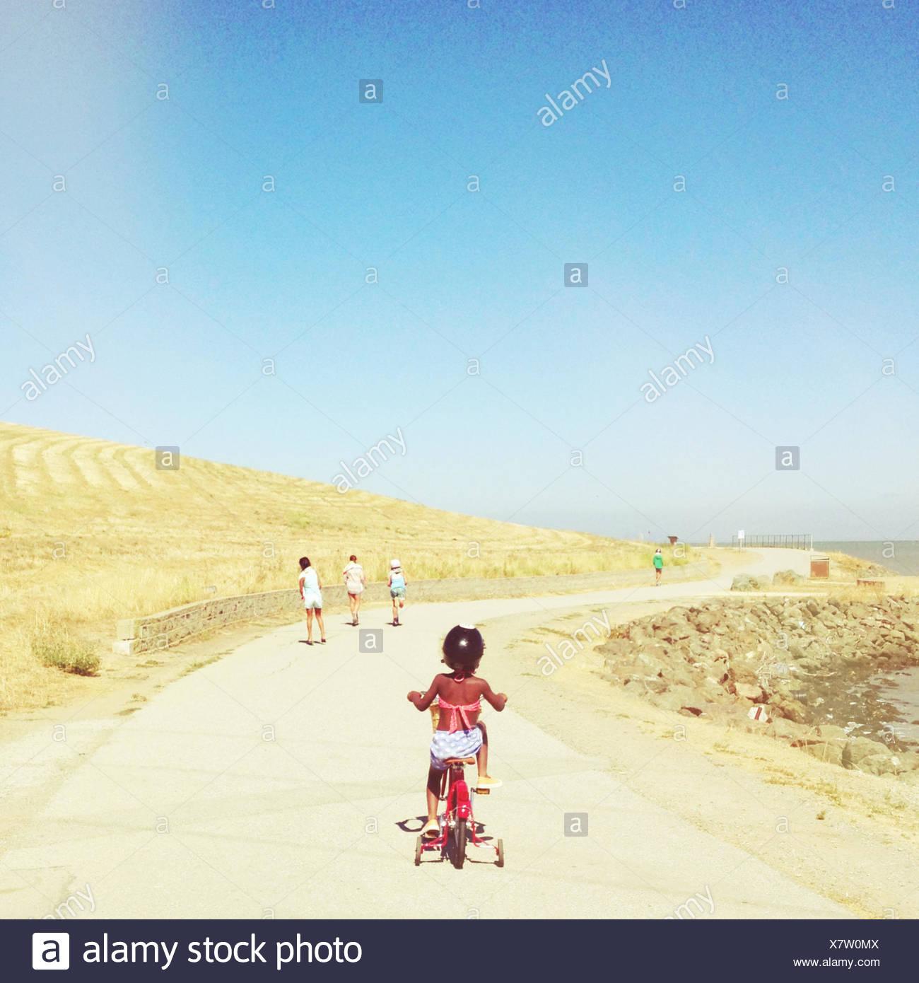 Stati Uniti d'America, la baia di San Francisco, ragazza in bicicletta sulla giornata di sole Immagini Stock