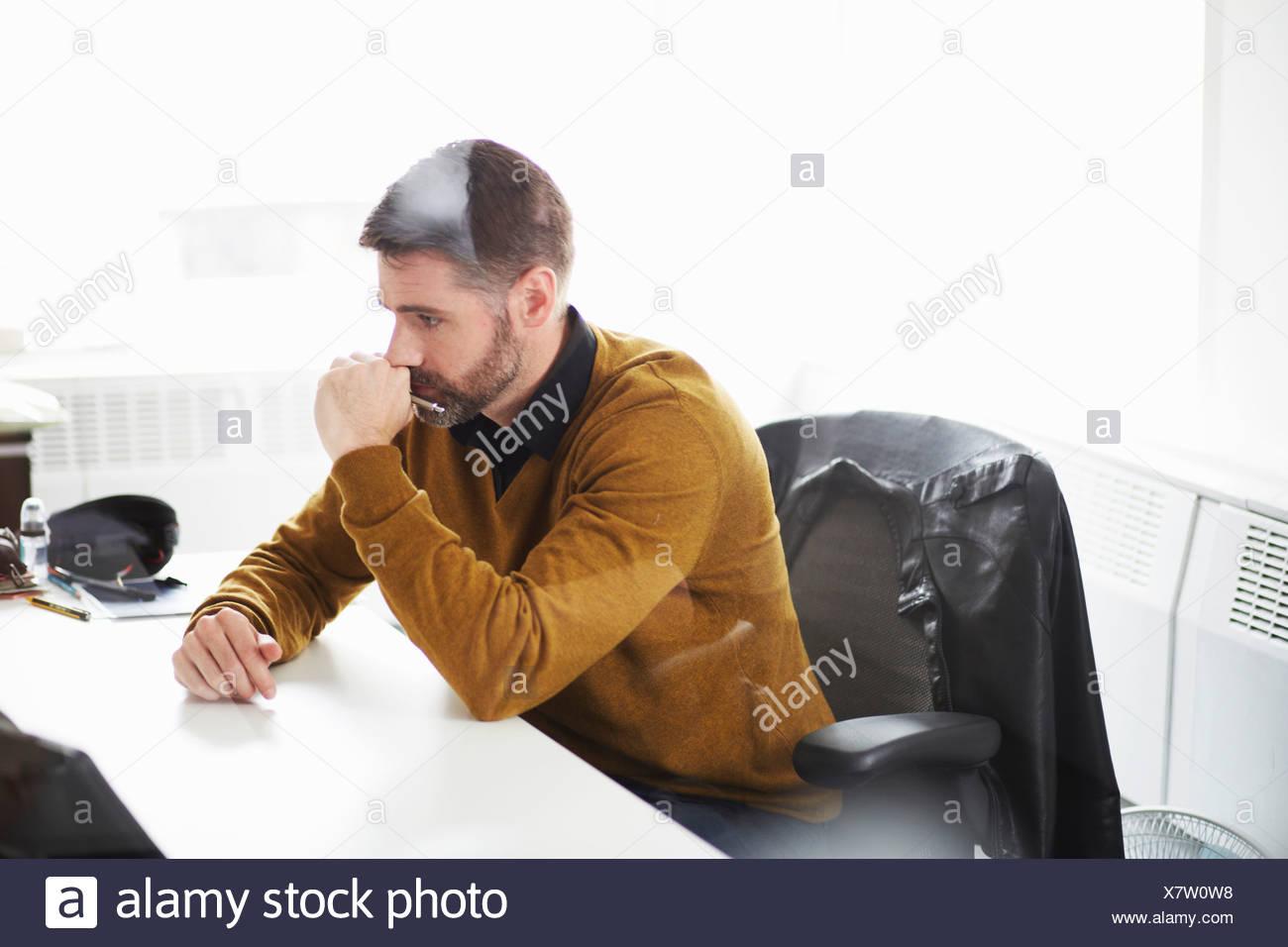 Casual uomo d affari lavorare alla scrivania Immagini Stock