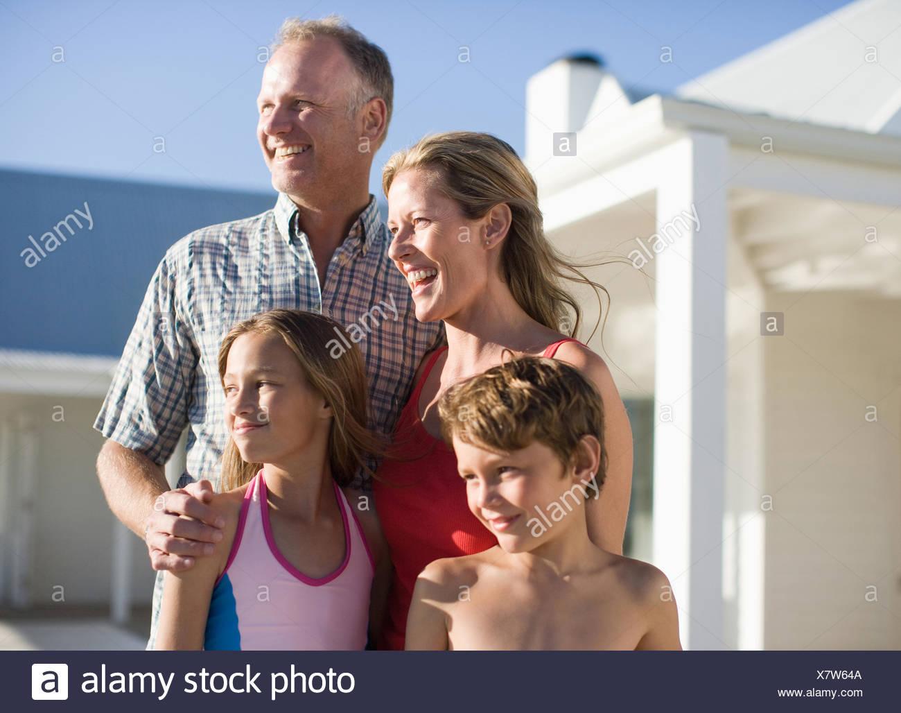 Famiglia all'aperto in costume da bagno Immagini Stock