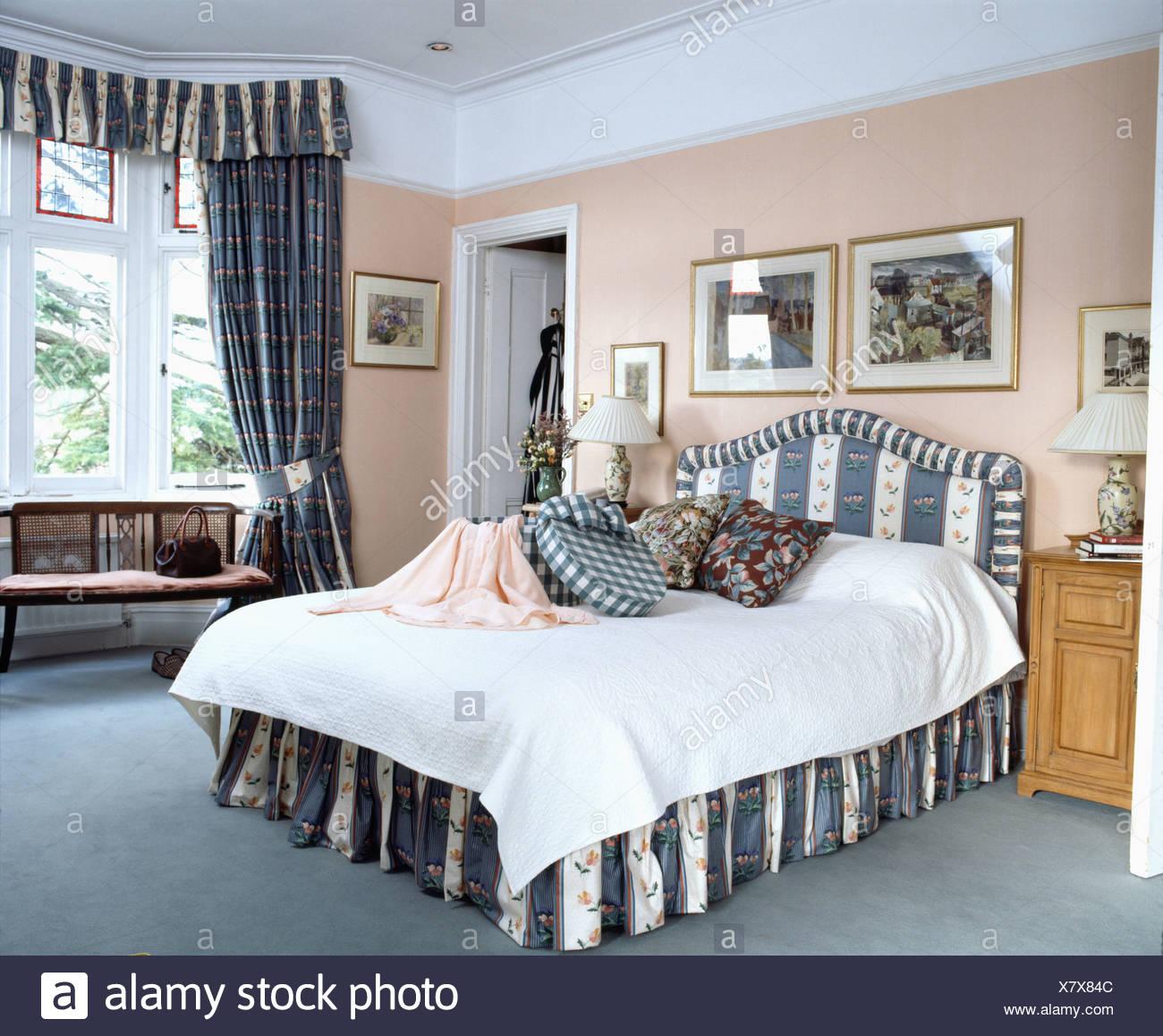Camera da letto con pareti di color pesca e letto con strisce blu ...